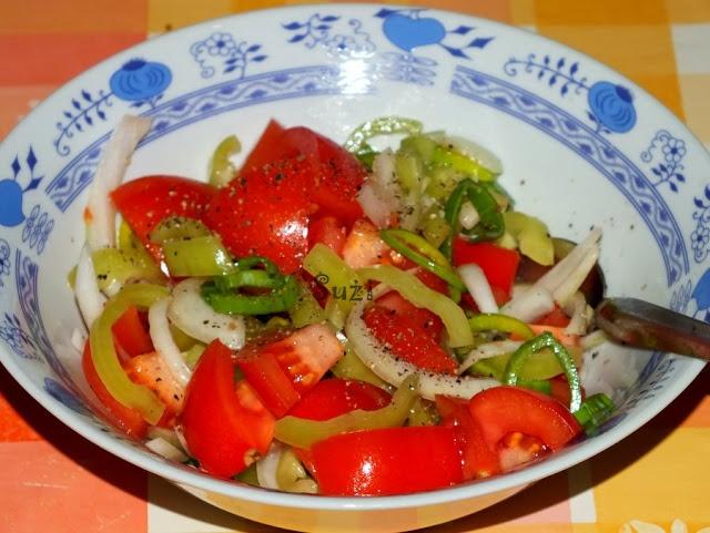Šalát z rajčín, papriky, póru a cibule