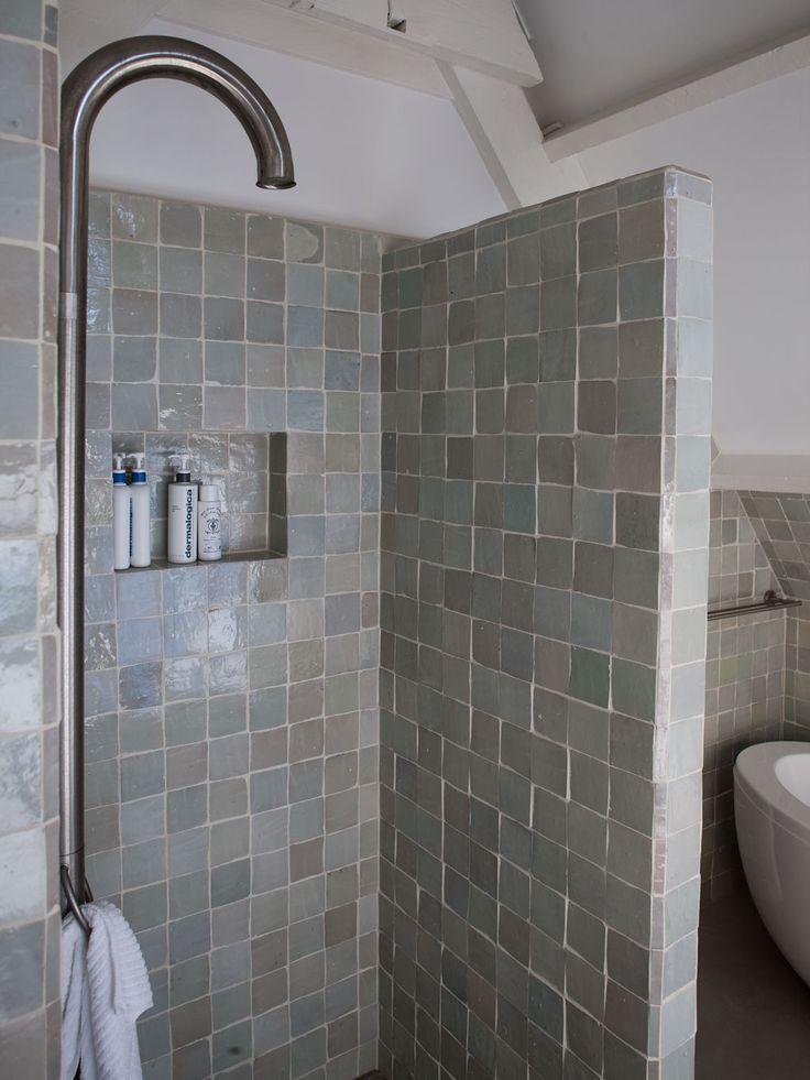 Het idee van tegels in de douchehoek.
