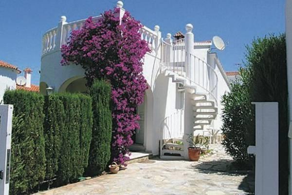 Schönes Ferienhaus in ruhiger Lage nur 200 m vom wundervollen Sandstrand entfernt, der durch ein kleines Tor nach Überqueren der Küstenstraße bequem zu erreichen ist.