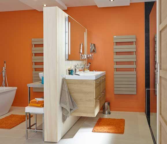 En prévoyant deux meubles-vasques, cette salle de bains familiale ménage deux espaces : l'un pour les enfants, l'autre pour les adultes.