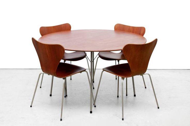 Aantal: Complete eetkamerset van 1 tafel met 4 stoelen. Ontwerper: Arne Jacobsen Fabrikant: Fritz Hansen Land: Denemarken Jaar: Jaren 50 WWW.VANONS.EU