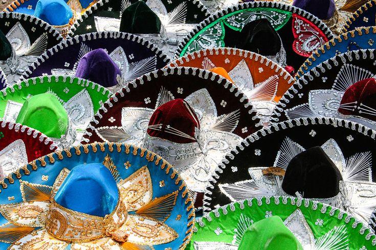 Estos son sombrero de charro. Son baratos. La gente usa estos sombreros cuando está caliente. Las personas como estos sombreros.