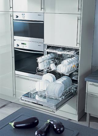Küchenarbeit ohne häufiges Bücken - viel genutzte Geräte werden am besten in einer bequemen Arbeitshöhe eingebaut. Das lässt sich mit dem Herd ebenso machen wie mit dem Geschirrspüler