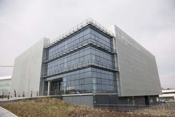 #Oficina #moderno #edificios via @planreforma #fachada #vidrio #revestimiento