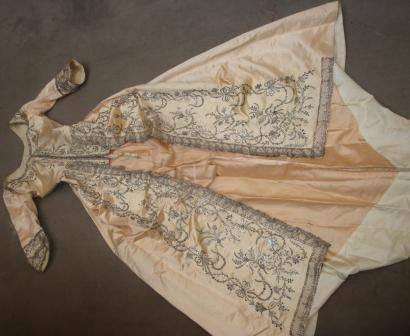 Manteau de robe de cour à la Piémontaise à dentelle d'argent, Espagne, fin XVIIIe siècle Satin de soie rose «cuisse de nymphe» abondamment orné de paillettes, paillerons et dentelle d'argent. Corsage baleiné à l'anglaise avec traîne de manteau à la française, manches en sabot, parements de délicats rinceaux de fleurs et noeuds de rubans (usures, soie fusée et décolorée, mais dentelle ayant conservé tout son éclat). Hauteur devant: 130 cm; dos: 160 cm