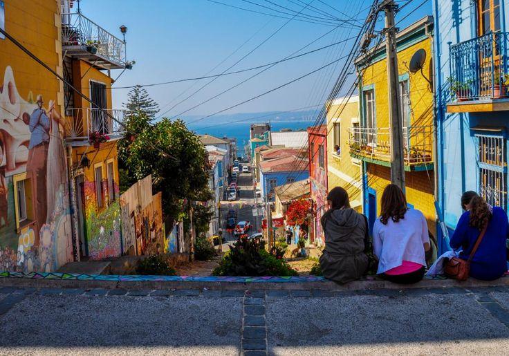 Valparaiso er en større havneby i Chile, og er også kendt som Stillehavets juvel. Byens smukke, gamle havnekvarter er optaget på UNESCOs verdensarvsliste, og her kan du slentre rundt i en labyrint af smalle, brostensbelagte gader mellem huse i alle regnbuens farver.