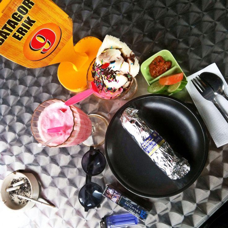 Nasi Bakar sapi lada hitam + ice cream sandwich + yogurt strobrerry