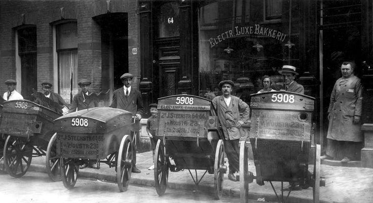 Broodbezorgers met handkarren van de Electrische Luxe Bakkerij in de Tweede Jan Steenstraat, Amsterdam, 1924.