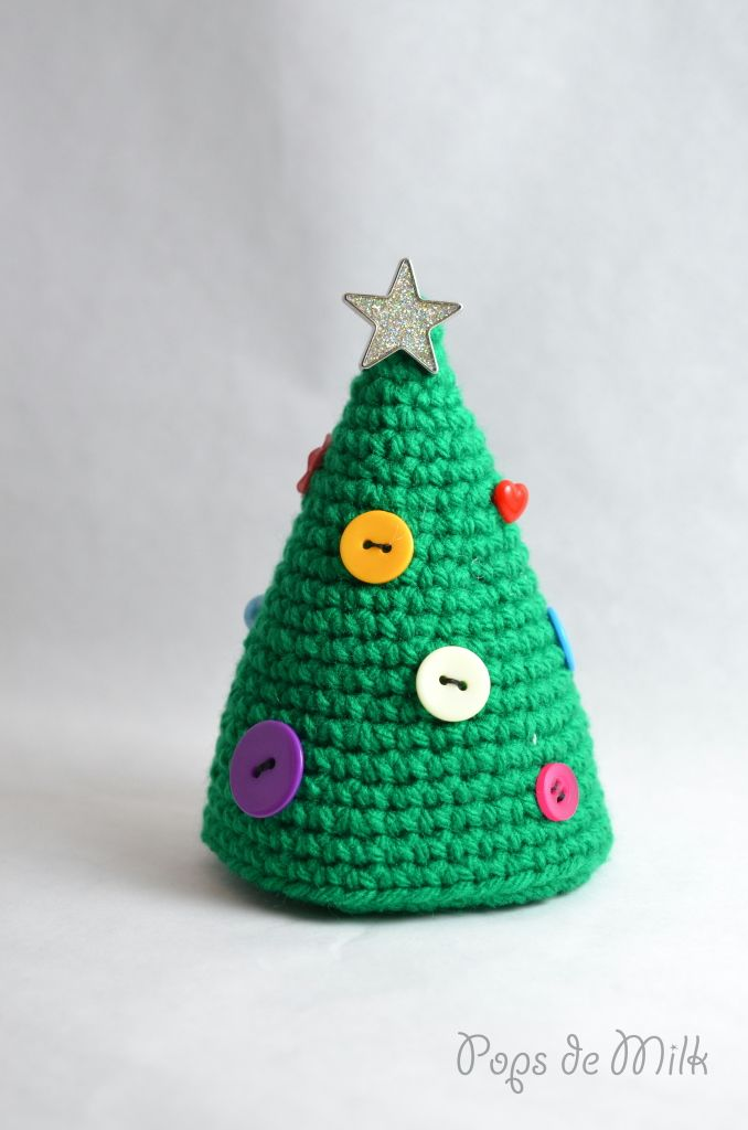 Crochet Christmas Tree With Buttons - Free Amigurumi Pattern here: http://www.popsdemilk.com/crochet-christmas-tree-buttons-2/