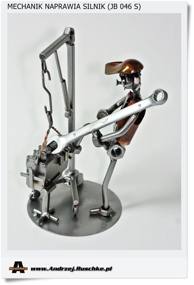Figurka na Prezent dla mechanika mechanik naprawia silnik (JB 046 S)