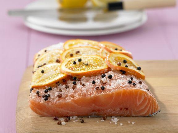 Gebeizter Lachs mit Orangen und Sichuanpfeffer ist ein Rezept mit frischen Zutaten aus der Kategorie Meerwasserfisch. Probieren Sie dieses und weitere Rezepte von EAT SMARTER!
