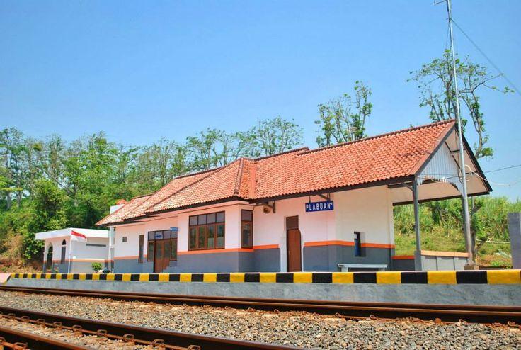 Stasiun Plabuan (4 meter di atas permukaan laut) di Gringsing, Kabupaten Batang, Jawa Tengah, pasca renovasinya pertengahan tahun 2014.