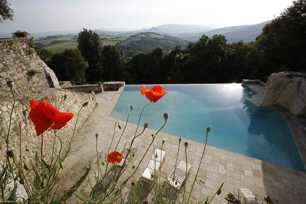 Impresionantes vistas desde la piscina del Hotel Borgo Pignano (Pisa, Italia) https://www.rusticae.es/hotel/borgo-pignano-10308