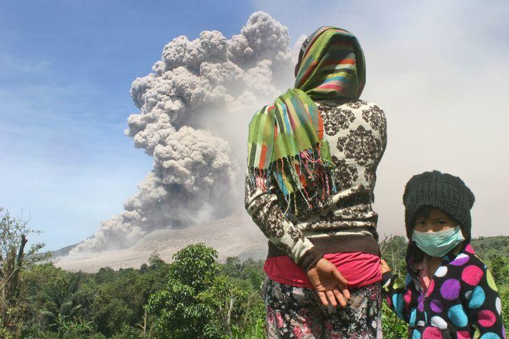 Habitantes do vilarejo Tiga Serangkai, na Indonésia, assistem erupção de vulcão local. Ele é o país com mais vulcões ativos no mundo (Foto: AP Photo/Rio Siregar) - http://epoca.globo.com/tempo/fotos/2014/10/fotos-do-dia-9-de-outubro-de-2014.html