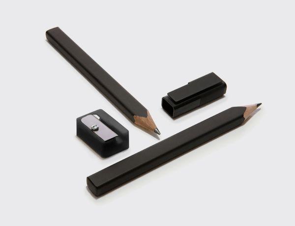 2 lápices Moleskine + sacapuntas. 2 lápices Moleskine de forma rectangular, esquinas redondeadas, hechos de madera de cedro y con mina 2B de alta calidad. Puede engancharse a la tapa de cualquier bloc Moleskine. Acabado negro mate. Incluye 24 adhesivos para personalizar los lápices. Incluye sacapuntas.