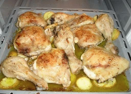 Pollo al horno es una receta para 4 personas, del tipo recetas de pollo, Segundos Platos, de dificultad Muy fácil y lista en 80 minutos. Fíjate cómo cocinar la receta.     ingredientes   - 4 muslos de pollo  - 4 patatas  - 1 cebolla  - 1 pimiento  - vino blanco  - pimienta  - sal