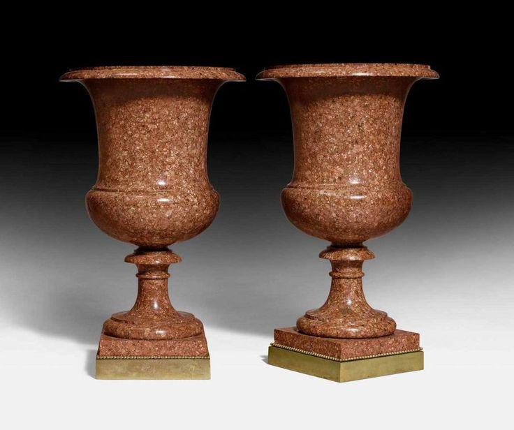 "1 PAAR PORPHYR-VASEN,Louis XVI, wohl Rom um 1800/20.""Rouge d'Egypte""-Porphyr sowie Bronze. Vasenkör"