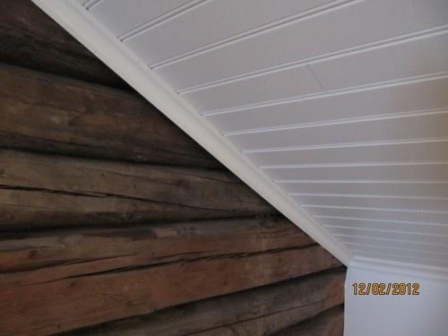 vitt tak och stockvägg naturell