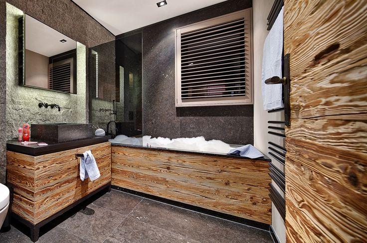 Alpine Spirit - modernes Badezimmer mit Badewanne in Holz-Optik
