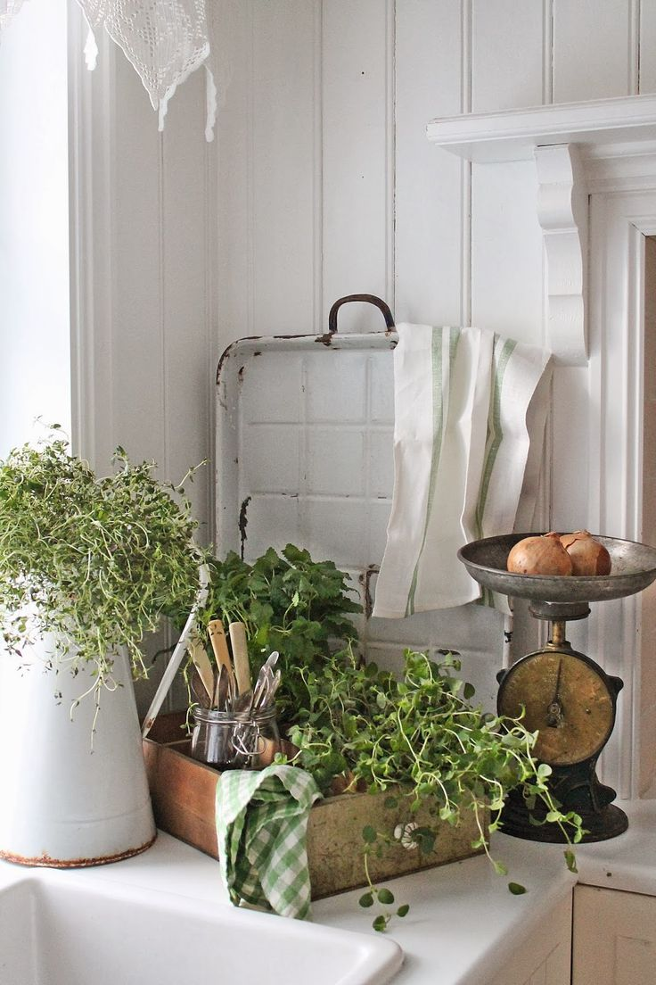 VIBEKE DESIGN: Green in the corner! Vintage finds displayed in the kitchen.  How pretty!