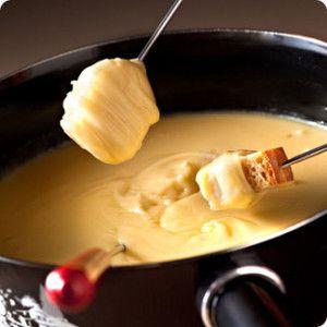 Nombre de personnes: 6 convives Temps: 30 minutes Difficulté: facile - 1/2 camembert - 1/2 pont-l'évêque - 1/2 livarot - 300 g de pain découpés en cube - 50 g de crème & 10 cl de lait ou 20 cl de crème fraîche épaisse - 2 cl de calvados ou cidre - 1 échalote...
