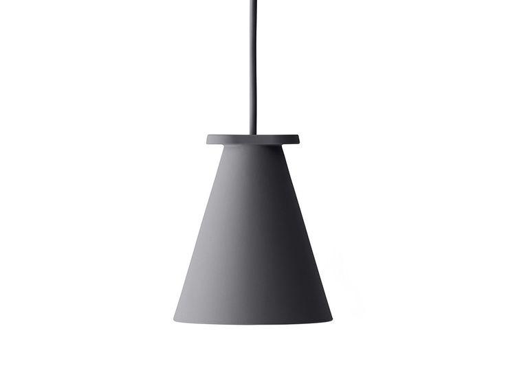Auf den ersten Blick mutet die überraschende Lampe Bollard von Menu wie eine normale Hängeleuchte an. Der Trick liegt aber im Detail. Shane Schneck hat diese raffinierte Lampe aus Silikon so konzipiert, dass sie sowohl als Hängeleuchte verwendet werden kann, als auch ins Regal oder den Boden gestellt werden kann. Für LED-Leuchtmittel der Fassung GU 10.