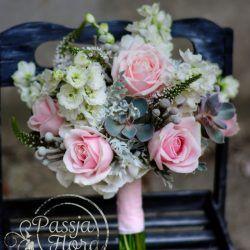 Wiązanka ślubna z różami, ostróżką i sukulentami.