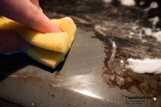Viele glauben gegen Angebranntes im Backofen helfen nur Spezialreiniger. Dabei wird der Backofen auch mit billigen Hausmitteln mühelos sauber.