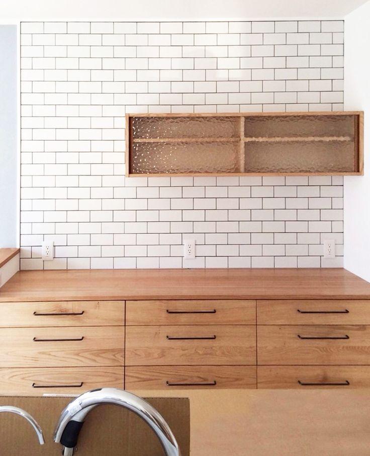 滋賀県のお宅へ納品いたしましたオーダー食器棚です。 木材は栗。栗は使い込むほどに深い色味になります。 引き戸は…