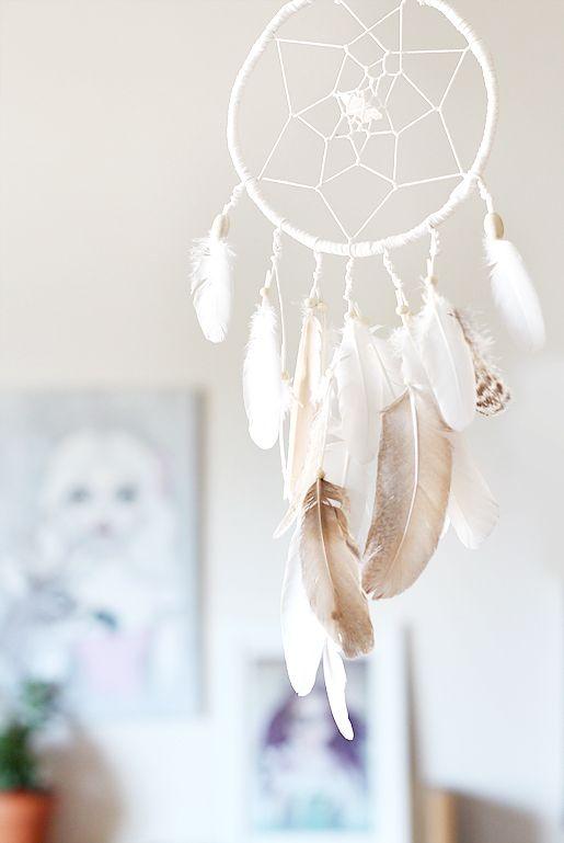 vit-drömfångare-bohemisk-inredning-djurvänlig-cruelty-free-vita-fjädrar-bergskristall-bruna-påfågelfjädrar