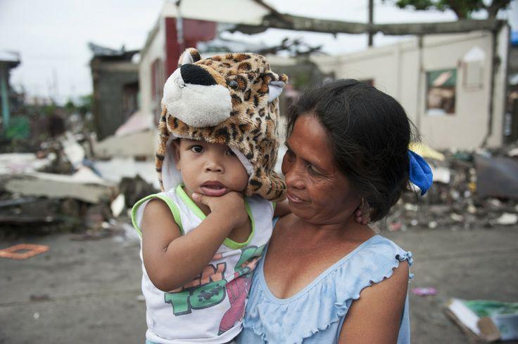 Orkaan Haiyan heeft onbeschrijflijke schade aangericht. Volledige steden en dorpen verwoest. Miljoenen mensen, onder wie 40.000 sponsorkinderen, zijn hun huis, school, bezittingen en vaak ook familieleden en vrienden. Plan zorgt voor veilig drinkwater, voedselpakketten, medicijnen en een dak om onder te schuilen. Iedere getroffen familie krijgt een noodhulp pakket met een hygiënekit. Met dit kado helpt u families en kinderen in de Filipijnen om de gevolgen van deze natuurramp te overleven!