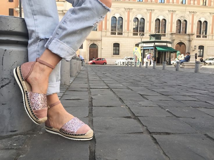 """In giro per Roma, comodissime e molto belle da abbinare ad un Jeans ovviamente strappato sono lo """"street look"""" di questa estate."""