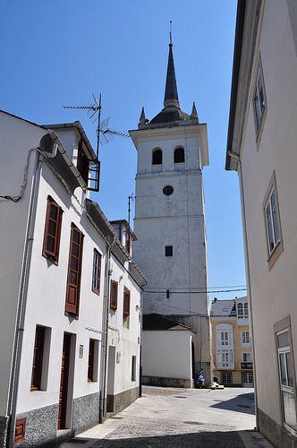 Dans les rues de la vieille ville, clocher de Saint Jacques, Castropol, principauté des Asturies, Espagne.