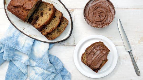 PAN DE BANANA CON MANTEQUILLA DE MANI Y CHOCOLATE Receta con instrucciones en video: Una combinación 100% exitosa      Ingredientes: 1 taza de azúcar moreno, envasado, ¼ de taza de mantequilla sin sal, 1 taza de crema agria, 2 huevos, 1 cucharadita de extracto de vainilla, 1 ½ tazas de harina para todo uso, 1 cucharadita de bicarbonato de sodio, 1 cucharadita de sal kosher, 4 plátanos maduros, puré, 1 taza de tazas de mantequilla de maní (aproximadamente 7-8 tazas), picadas,