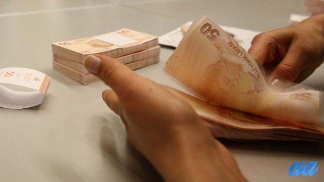 Başakşehir'de bankadan çektiği 30 bin lirayla dışarı çıkan muhasebeci Ö.Ö.(31)'i takip ederek aracının lastiğini patlatan, lastik değiştirmeye uğraşırken para dolu çantayı çalan Kolombiya uyruklu 7 kişilik şebeke yakalandı. İstanbul Başakşehir'de bir bankadan çektiği 30 bin lirayla dışarı çıkan muhasebeci Ö.Ö.(31)'i takip ederek aracının lastiğini patlatan, lastik değiştirmeye uğraşırken para dolu çantayı çalan Kolombiya uyruklu 7 kişilik şebeke polis tarafından yakalandı. Şüphelilerin…