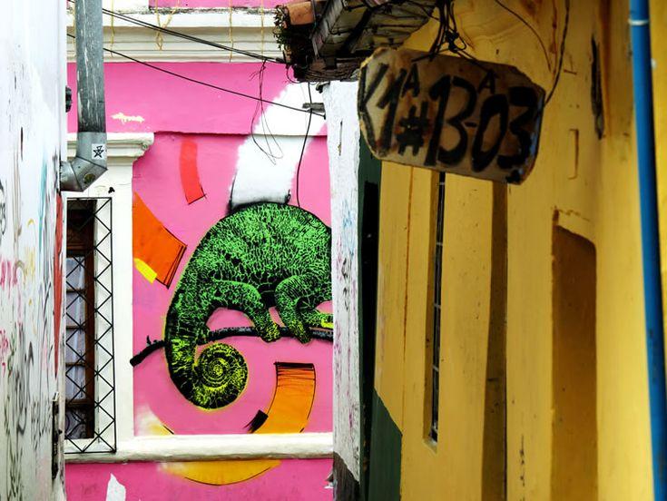 Mural de lo que parece ser una iguana devorando algo