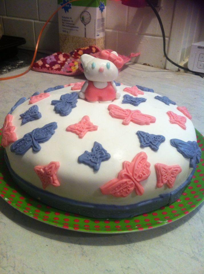Hello kitty kage  Chokolade creme og jordbær creme overtrukket med fondant og pyntet med fondant