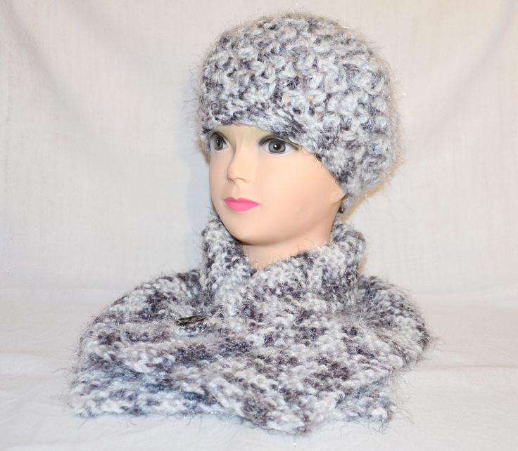Completo berretto + collo realizzato all'uncinetto. Disponibile sul sito www.merceriamary.it