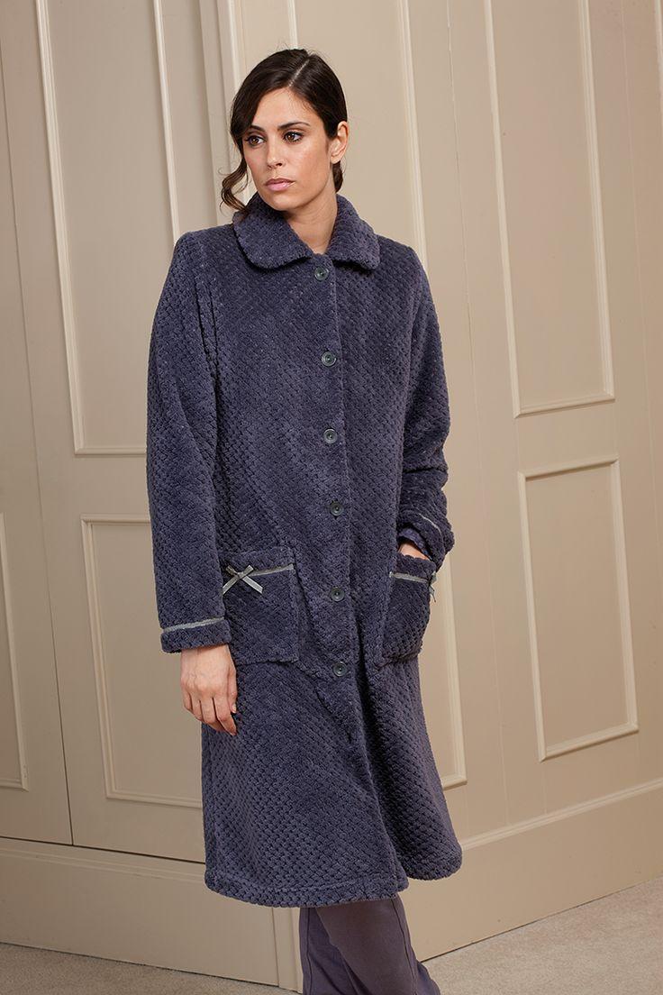 Bata en tejido coral con detalles en puños y bolsillos #egatex #homewear #bata #invierno