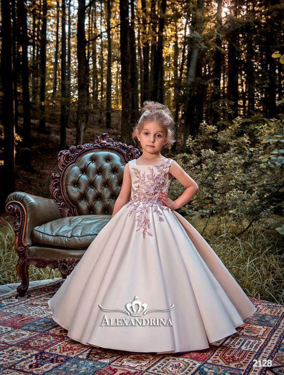 de5bd970ecd5 Malá svatební družička   dorůžova laděné hedvábné šaty do zvonu skládanou  sukní a živůtkem zdobeným květinovou krajkou - je roztomilá ♥♥♥