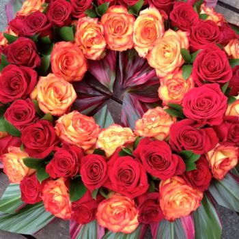 WOW - what an exotic and inspirational decoration - made with banana leaves and colombian roses