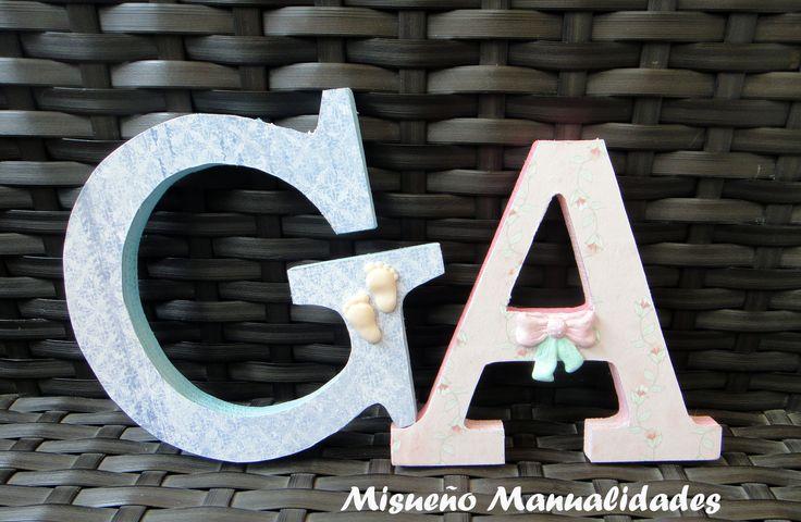 Letras de madera grandes decoradas con pintura, papel y un detallito de Fimo. www.misuenyo.com / www.misuenyo.es