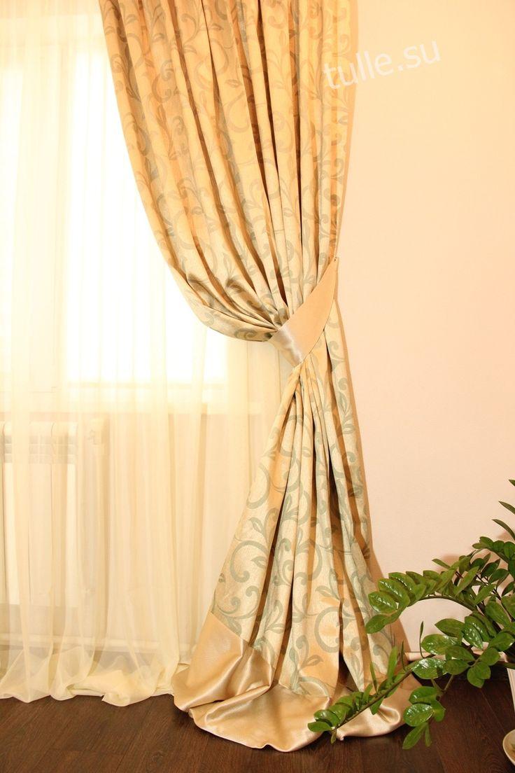 Портьеры с подхватами и тюль в золотистых тонах. Портьера собрана в равномерную складку и дополнена поперечной вставкой из ткани-компаньона. Дизайнер штор: Альмендеева Наталья