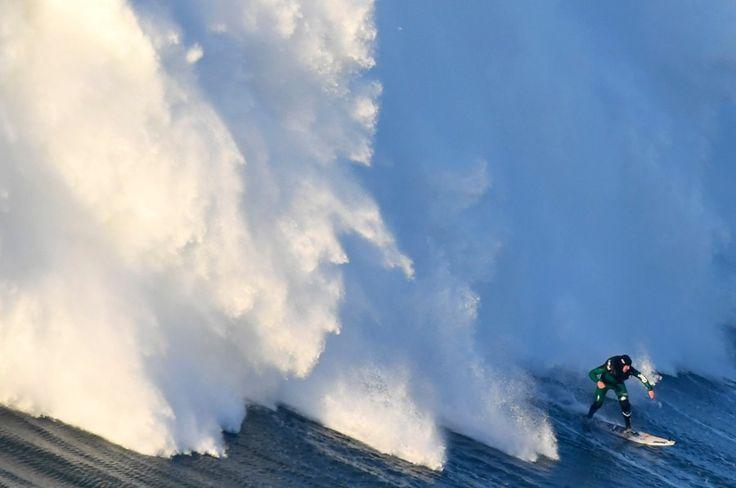 Big Wave Surfing: Verrückt nach den Riesenwellen von Nazaré - via Suddeutsche Zeitung 19-12-2016 | Profi Garrett McNamara surfte hier die höchste Welle. Nun messen sich in Portugal die Big-Wave-Surfer - sie sind selbst zur Attraktion geworden. Foto: Praia do Norte in Nazare, central Portugal