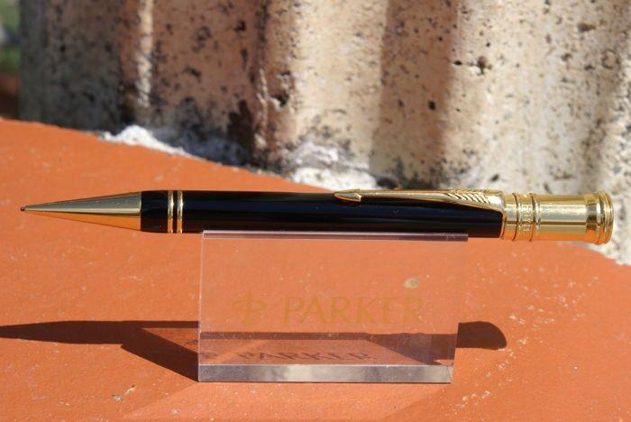 Zeer zeldzame eerste generatie zwarte Parker Duofold mechanisch potlood  Zeer zeldzame mechanisch potlood door Parker.Duofold model in zwart gelakt versie met 23 karaats gouden detaillering.Dit is het allereerste model dat kwam uit in 1990 met een zwarte ruit op de bovenkant van het GLB en twee gouden ringen aan het eind.Het grafiet komt uit de tip wanneer het een kwart slag (maakt gebruik van 0.7 mm grafiet lood) wordt gegeven.Nieuwe rubber kader van het GLB. Deze mechanische potlood is in…