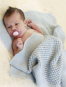 Strikket babytæppe med brombærmønster. Babytæppet er blødt og lunt, da det er strikket i alpaca-garn