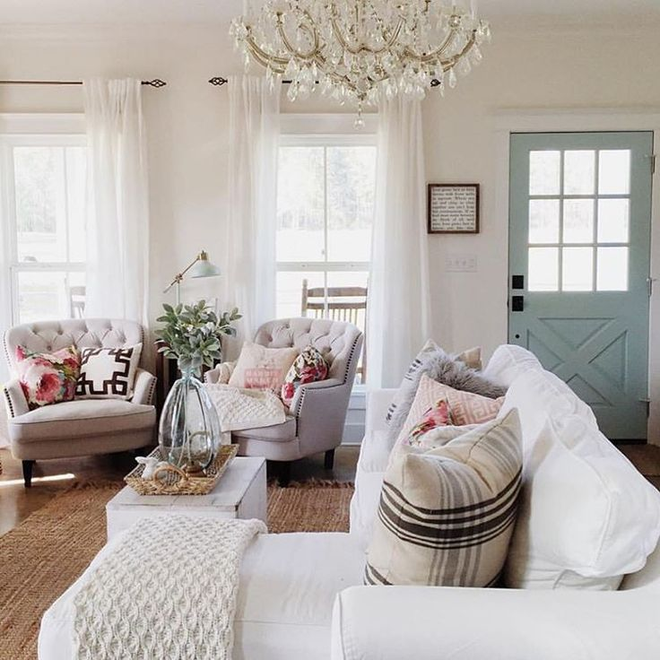 "Michelle on Instagram: ""How about a little Saturday morning inspiration via my girl @brittanyork. I just love this space of hers. And trust me it doesn't stop here. She has such a beautiful little family and farmhouse. Her home and family were also just featured in the HGTV magazine. How amazing is that! Definitely go check her out! She's #onetofollow"""
