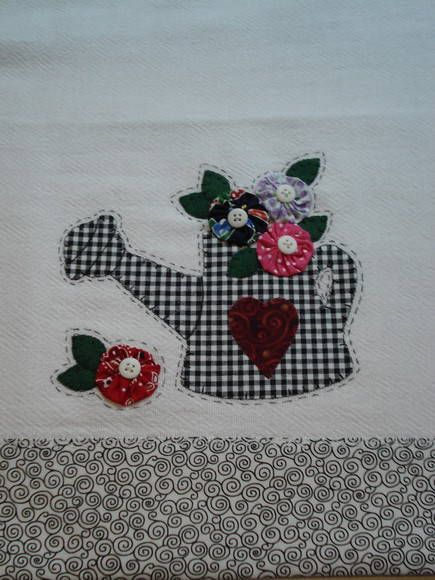 Pano de prato em tecido de sacaria; barrado e aplicação em tecido de algodão.( aplicação com caseado ). <br>*pode haver variação no tecido do fuxico.