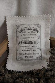 Bonjour, Je me suis remise à la couture, je vous montre aujourd'hui un petit coussin de lavande. Il est en lin ancien, la lavande vient de mon jardin (ben oui, il faut bien l'utiliser, je ne l'ai pas cueillie pour rien quand même lol) et le transfert...