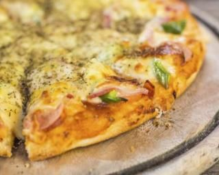 Pizza légère à l'ananas, jambon et mozzarella : http://www.fourchette-et-bikini.fr/recettes/recettes-minceur/pizza-legere-lananas-jambon-et-mozzarella.html